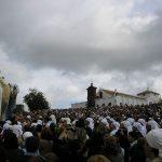 Cubriendo la imagen de Nuestra Señora de Setefilla en el santuario
