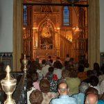 Instantánea del rezo de la Sabatina a la Virgen de Setefilla en su capilla de la parroquia de la Asunción