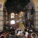 Imagen de Nuestra Señora de Setefilla atravesando la puerta de su capilla en la ermita