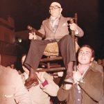 El Viejo en la manifestación de petición para la venida de Nuestra Señora de Setefilla. D. Francisco Campos en el año 1987