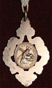 Reverso de la medalla de Hermano